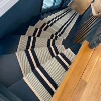 Treppenteppich gestreift
